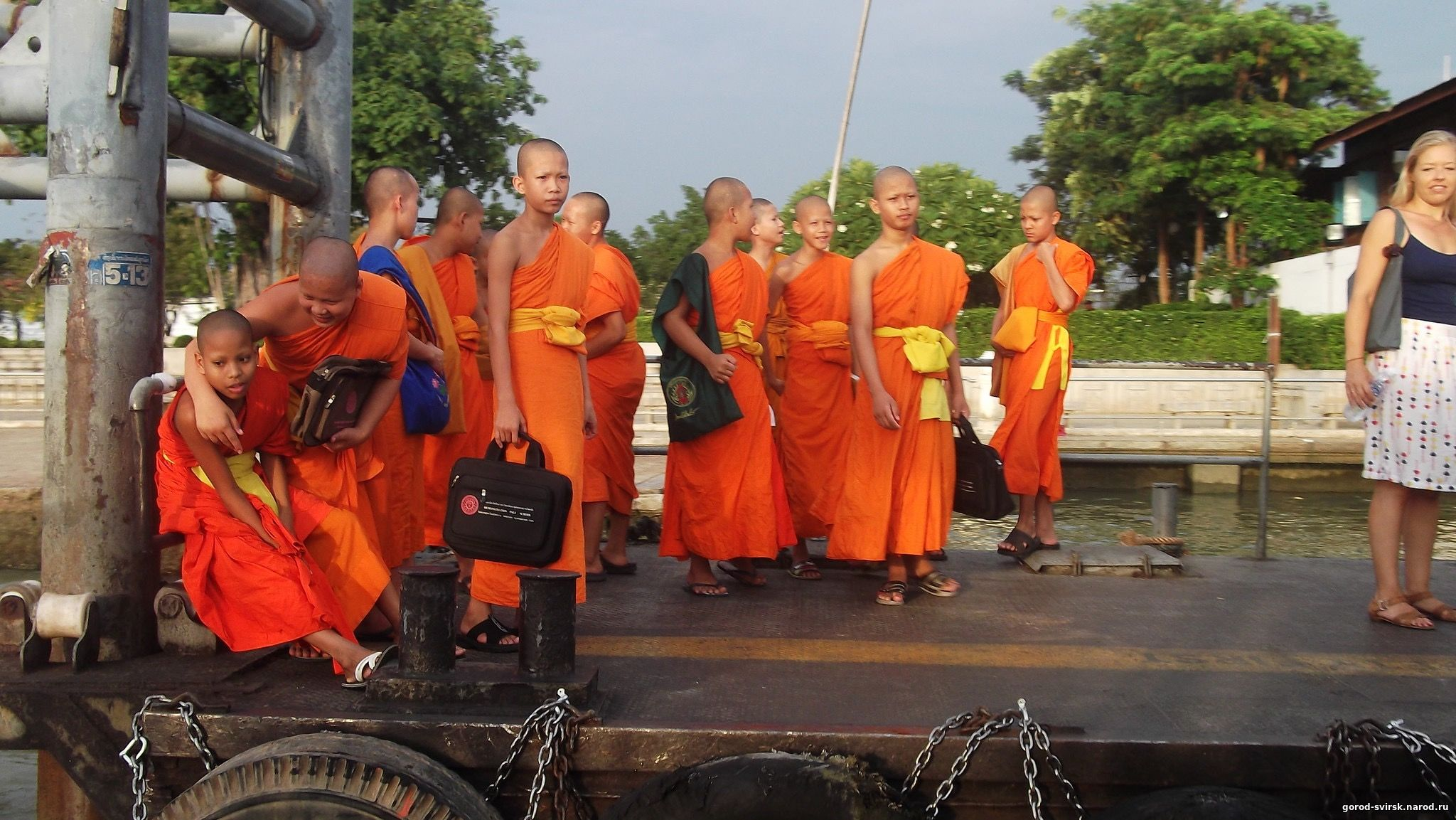 Будиские монахи ожидают речной трамвай